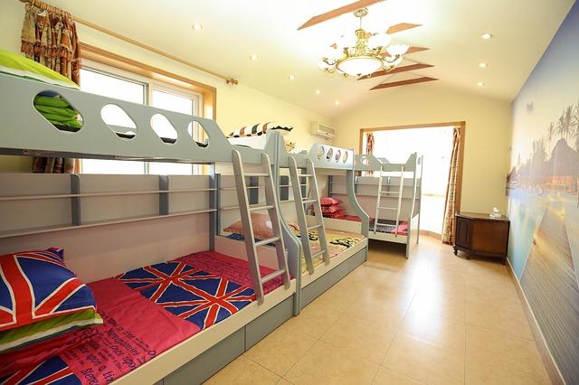 łóżko piętrowe ze schodami